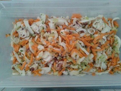 Insalata di mare con verdure fresche