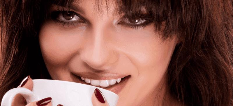 Donna che gode il profumo del caffé