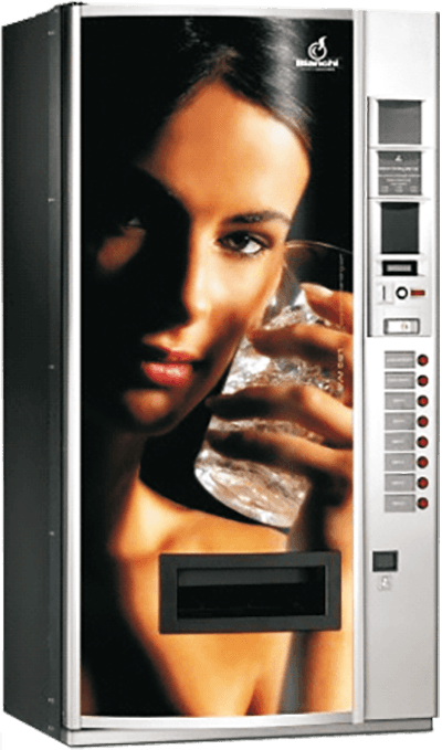 distributore automatico con una grande immagine che tiene un bicchiere col ghiaccio sul volto
