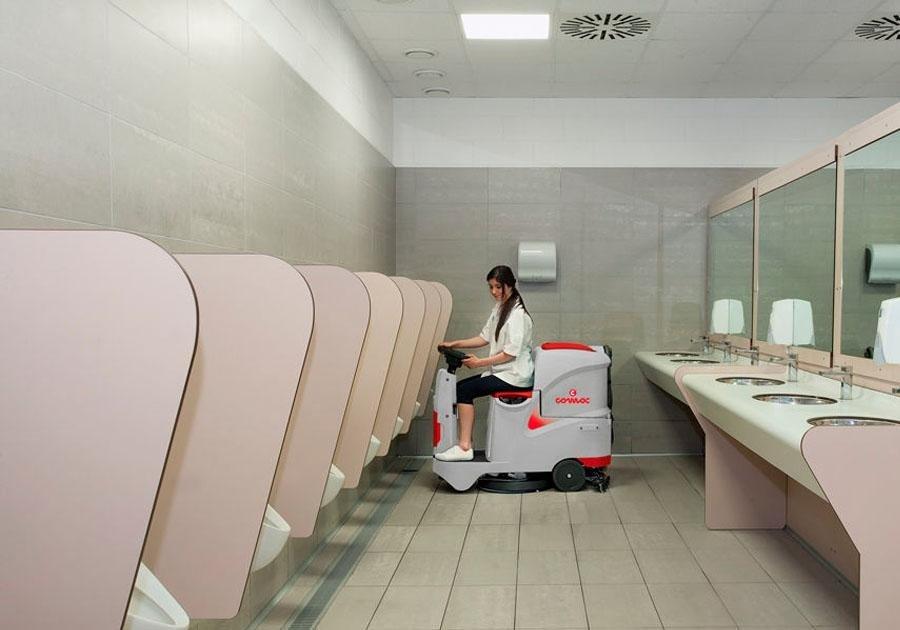 una donna che usa una lavasciuga con sedile e volante in un bagno