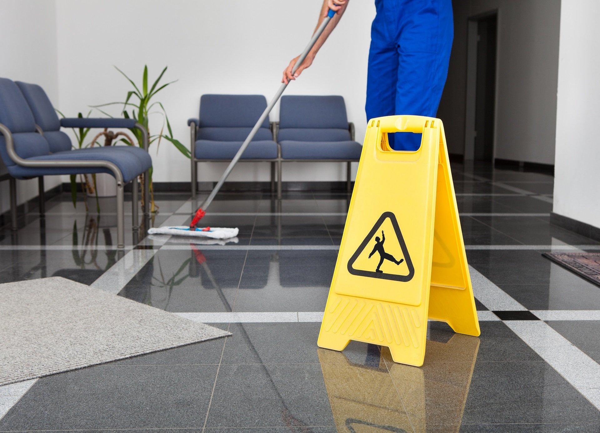 pulizia di pavimenti in marmo
