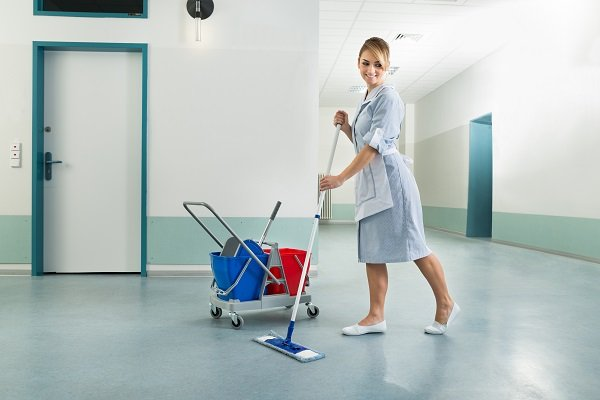 pulizia di pavimenti di gomma