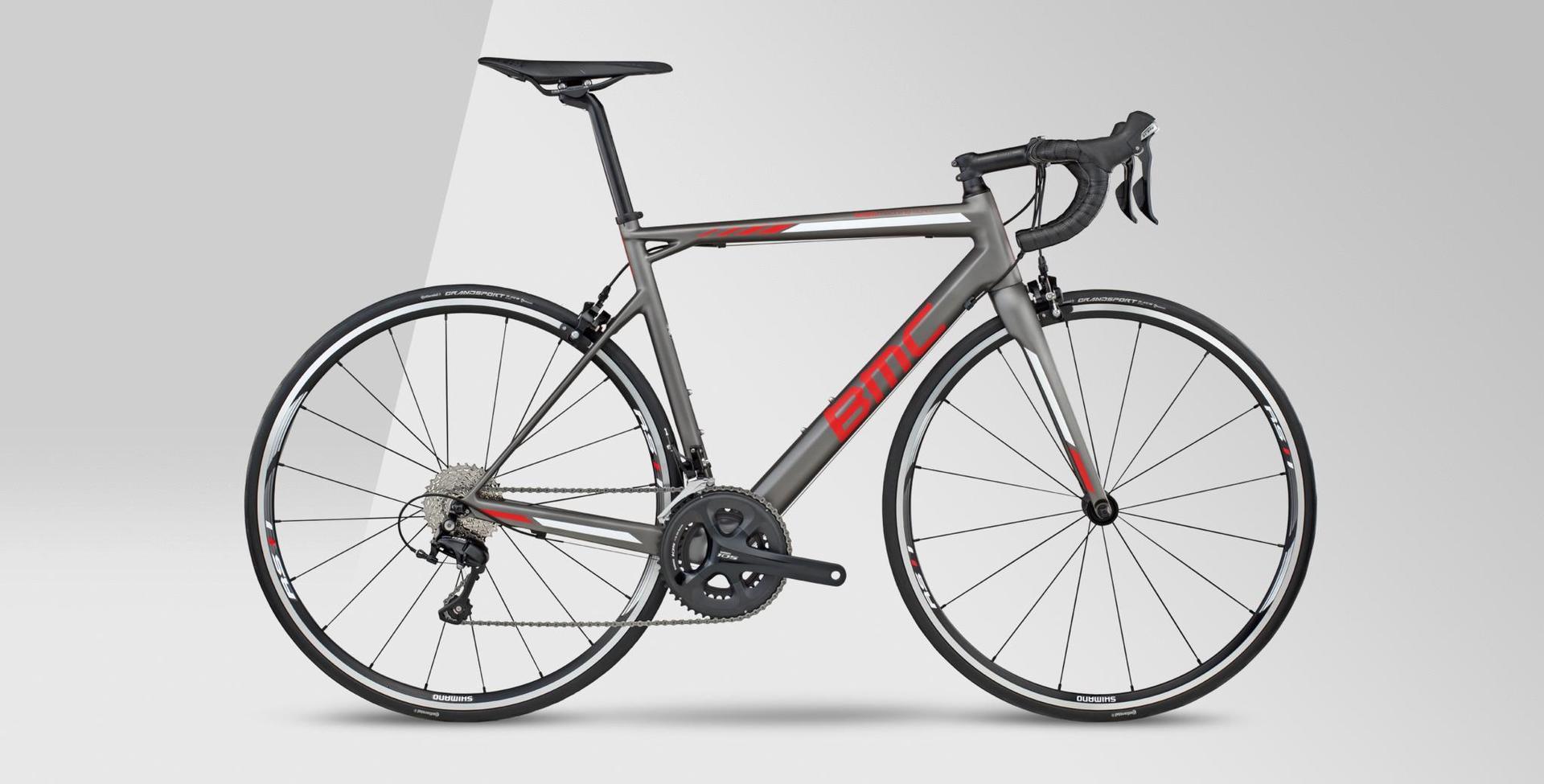 bicicletta da strada con telaio grigio e rossa
