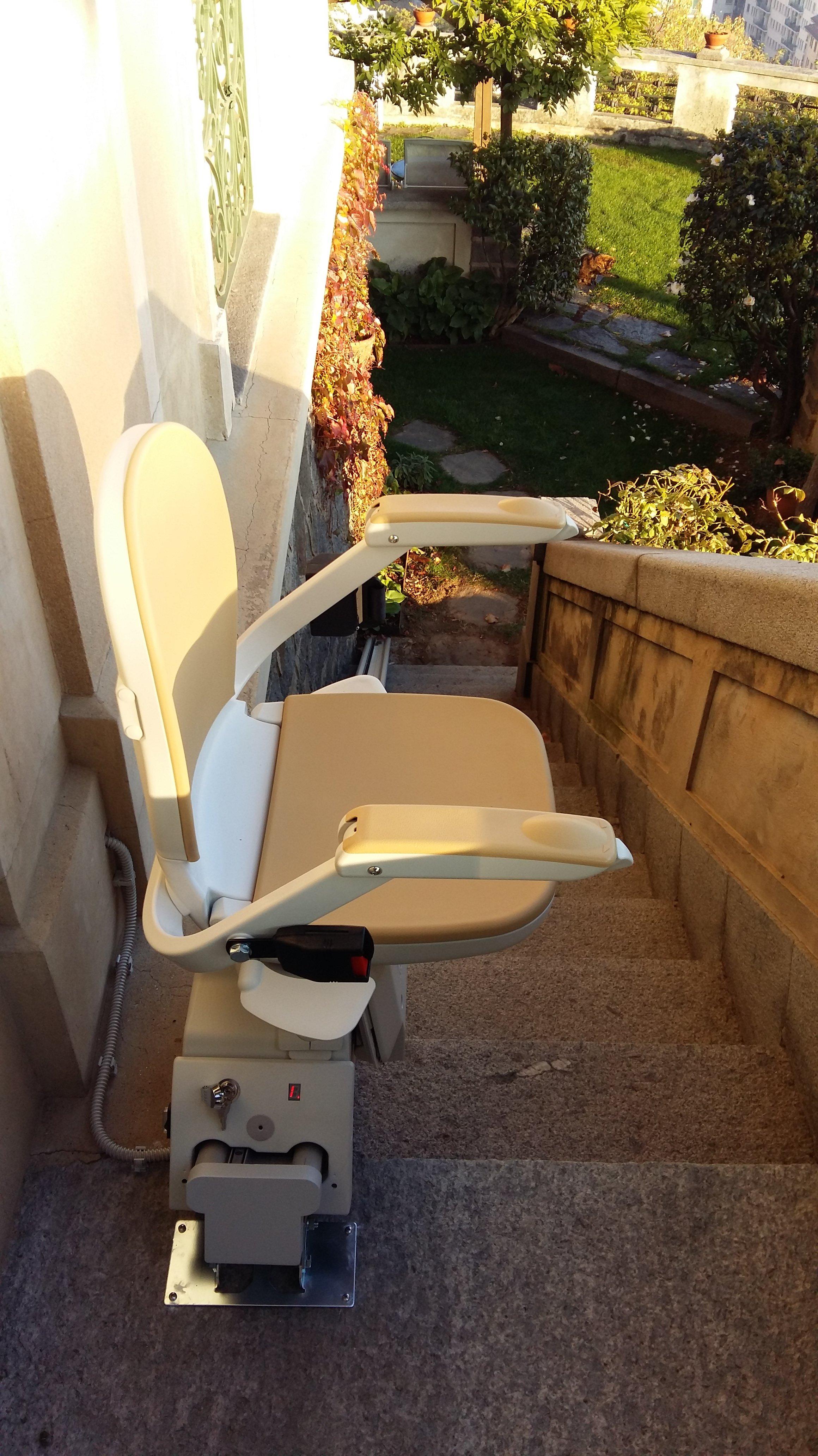 montescale per disabili con sedia e poggia braccia aperti