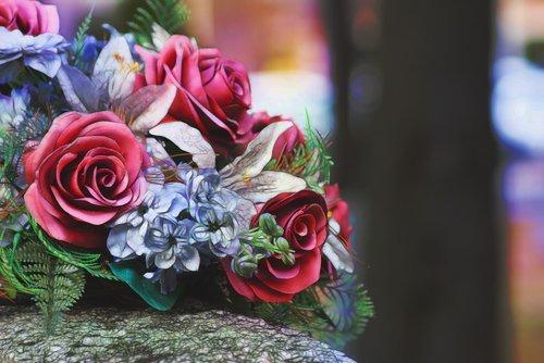 mazzo di fiori su una tomba