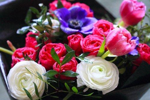 rose bianche e fiori rosa