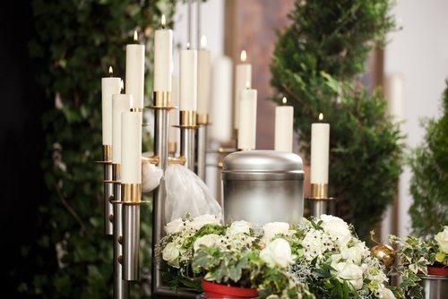 candele accese e fiori