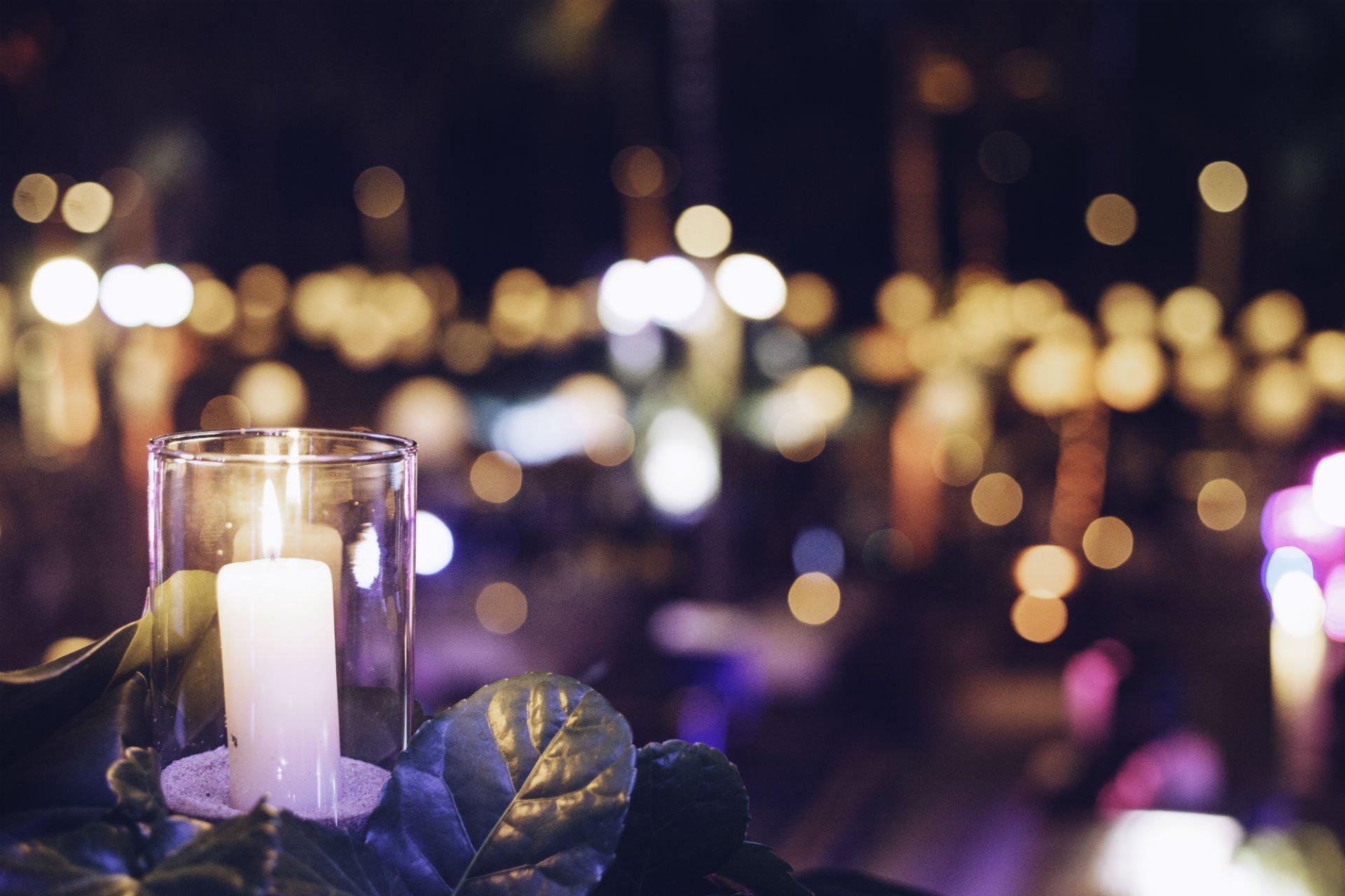 porta candela e una candela accesa