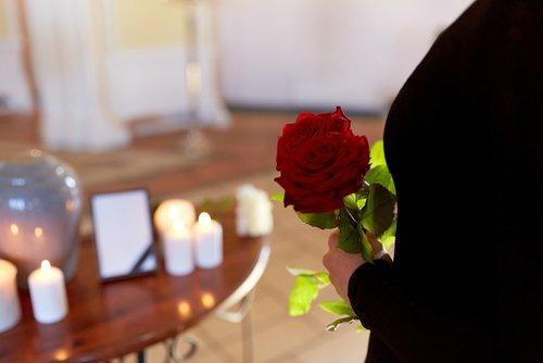 donna con rosa a un funerale