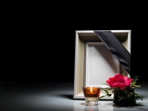 cornice con fascia per lutto
