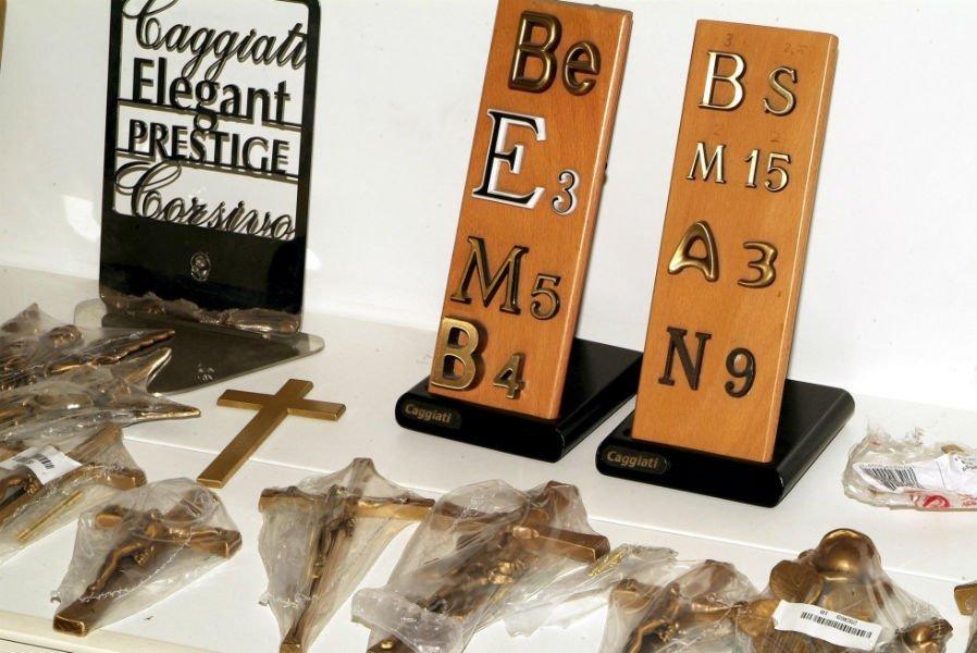 dei crocifissi e delle targhette con lettere e numeri