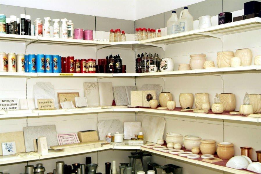 delle urne e altri prodotti su delle mensole