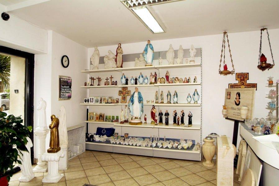 uno scaffale con delle statue di figure religiose
