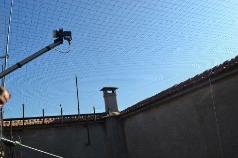 una rete installata all'altezza del tetto di un condominio