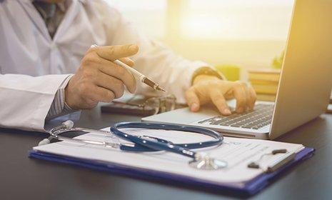 dottore lavora al computer portatile