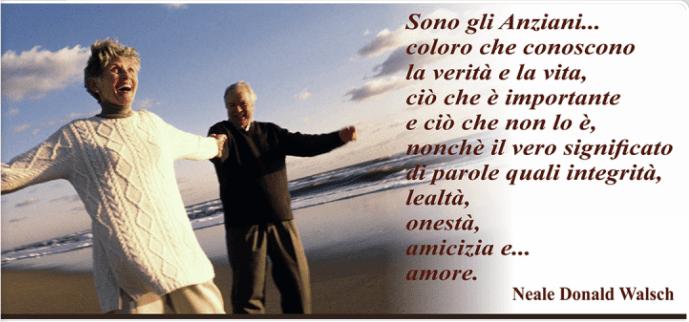 felice coppia anziani sulla spiaggia