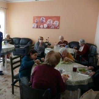 vista angolare di una sala da pranzo alla casa di riposo con anziani