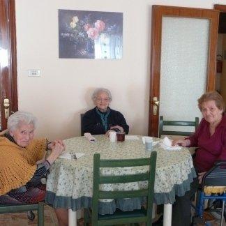 tavolo apparecchiato con anziani a sala da pranzo
