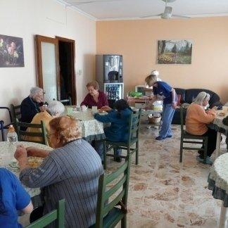 vista di una sala da pranzo alla casa di riposo con anziani