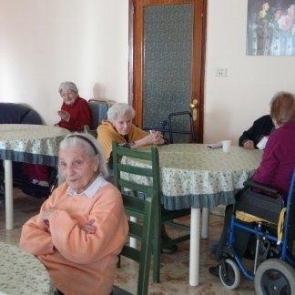 sala da pranzo alla casa di riposo con tavolo e sedie