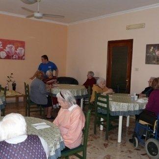 vista frontale di sala da pranzo alla casa di riposo con tavolo e sedie