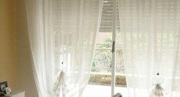 tenda trasparente bianca in una stanza