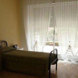 camera singola con tenda trasparente bianca