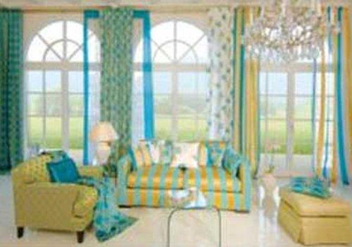 un salotto con divani e poltrone a righe arancioni e azzurre