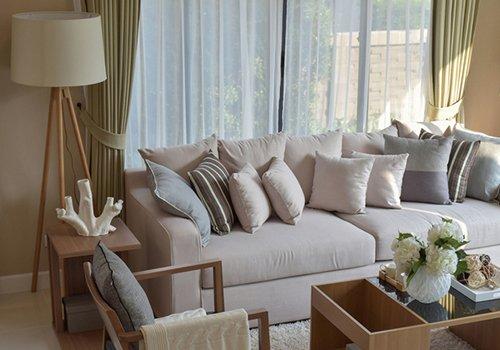 un divano grigio con dei cuscini sopra
