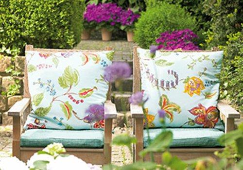 due poltrone da esterno con cuscini azzurri a fiori colorati
