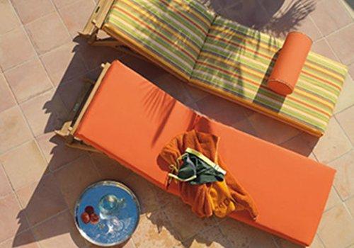 due sdraio,uno arancione e uno giallo a righe colorate
