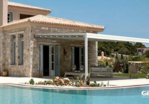 una casa e vista della piscina