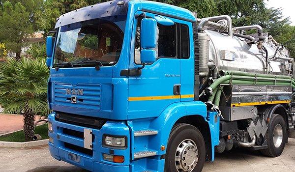 un camion degli spurghi color azzurro