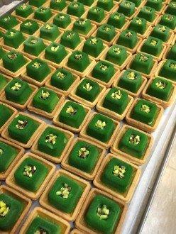 vetrina con pasticceria mignon colore verde