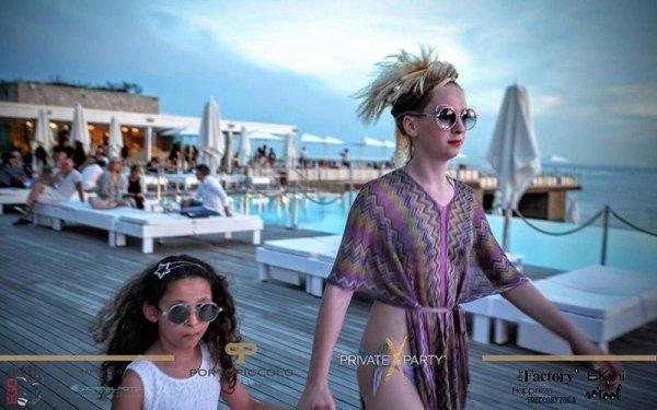una ragazza e una bambina che camminano