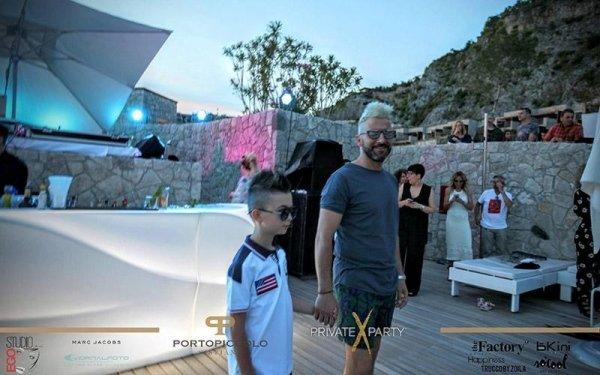 un bambino e il padre a una festa
