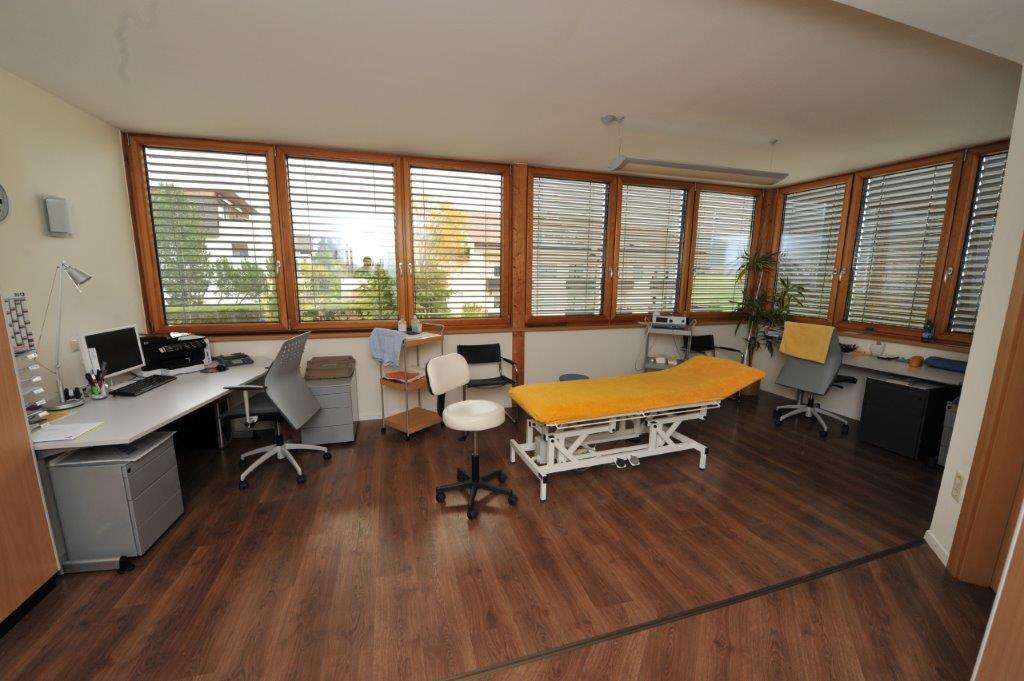 sala massaggi con lettino giallo