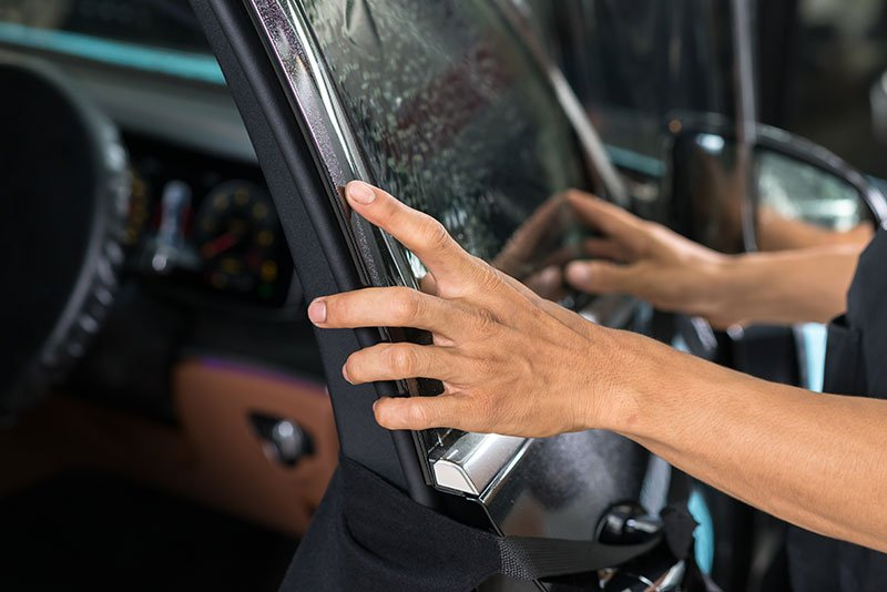 Sostituzione di un vetro auto rotto