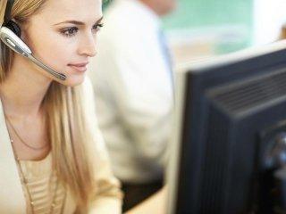 una ragazza in ufficio durante assistenza aziendale
