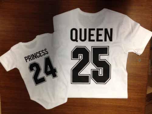 due maglie bianche con scritta Princess 24 e Queen 25