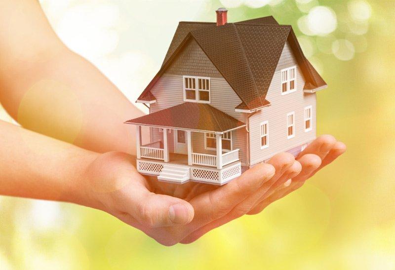 modellino di una casa in mano
