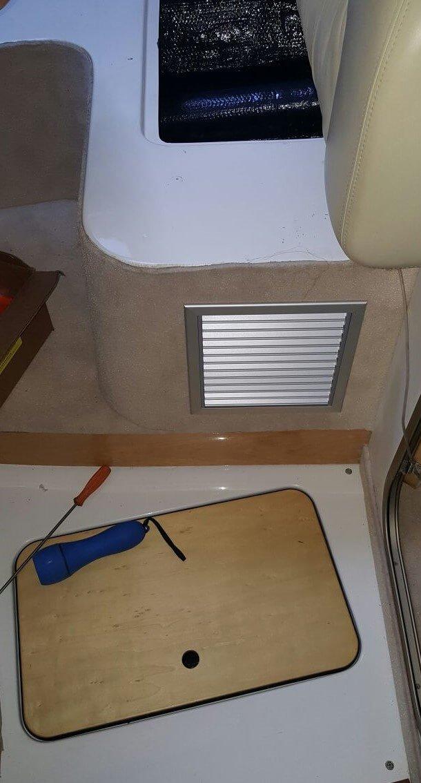 dettaglio installazione su seduta di una imbarcazione