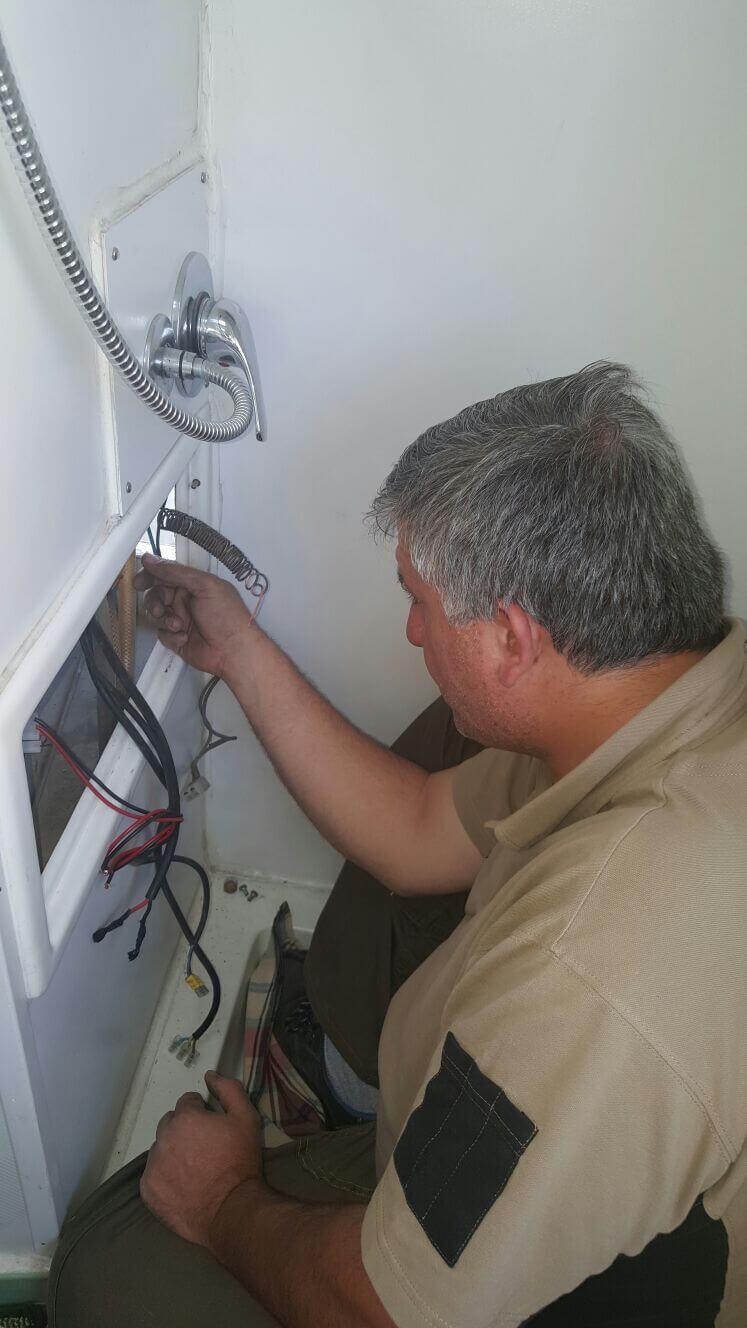 operaio a lavoro su installazione per imbarcazione