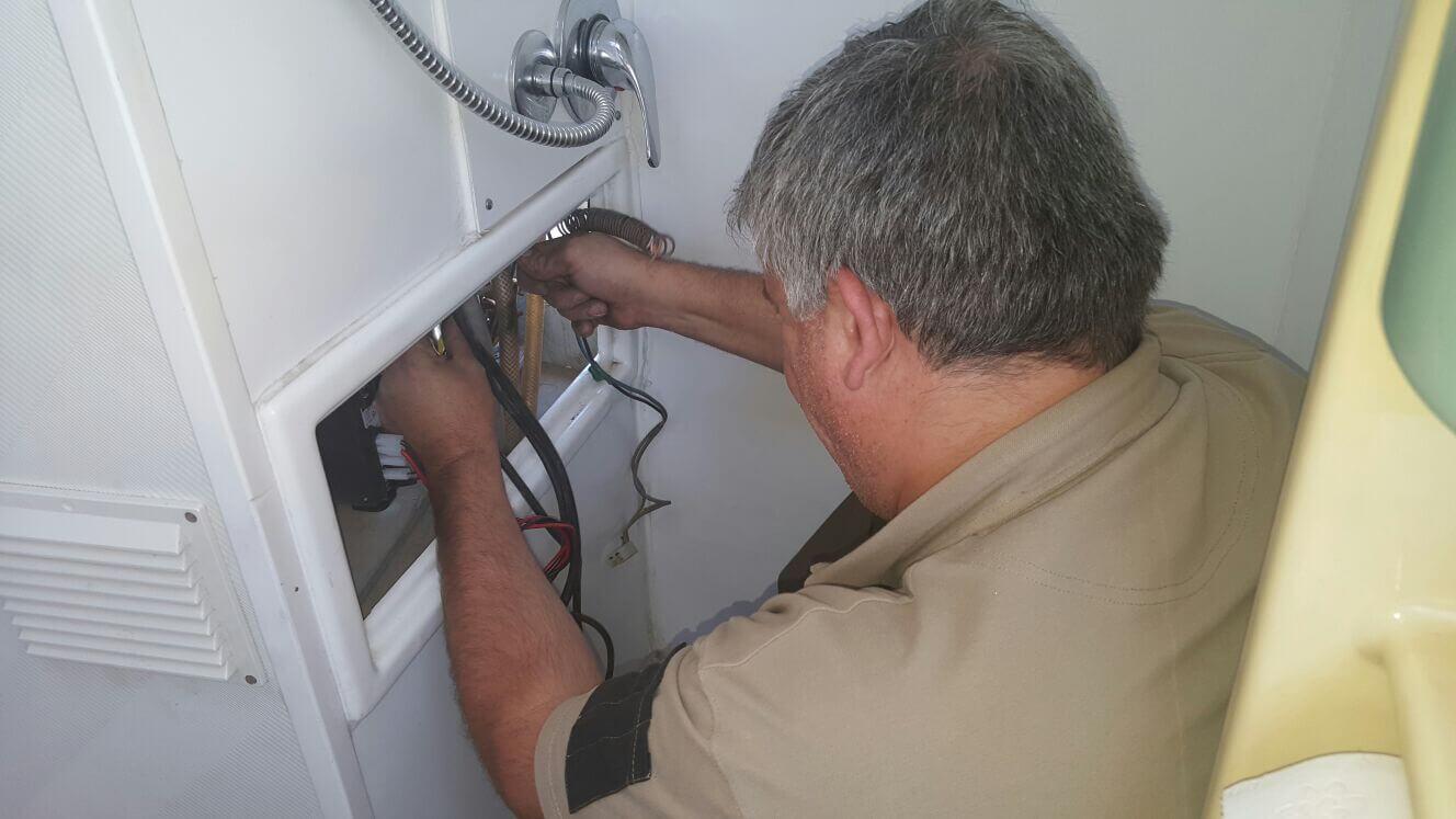 operaio sistema cavi elettrici di un frigorifero