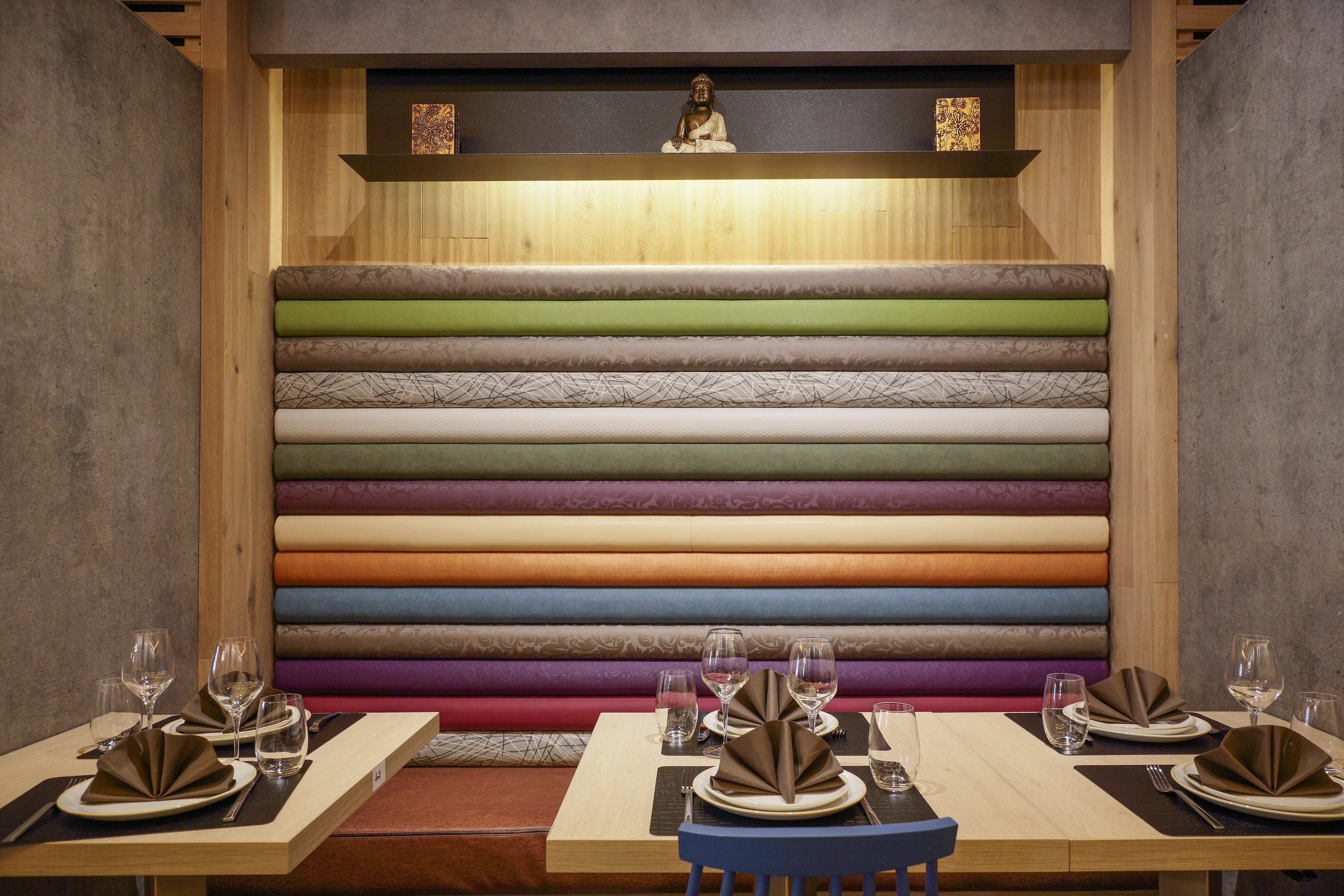 tavolo apparecchiato vicino un muro colorato