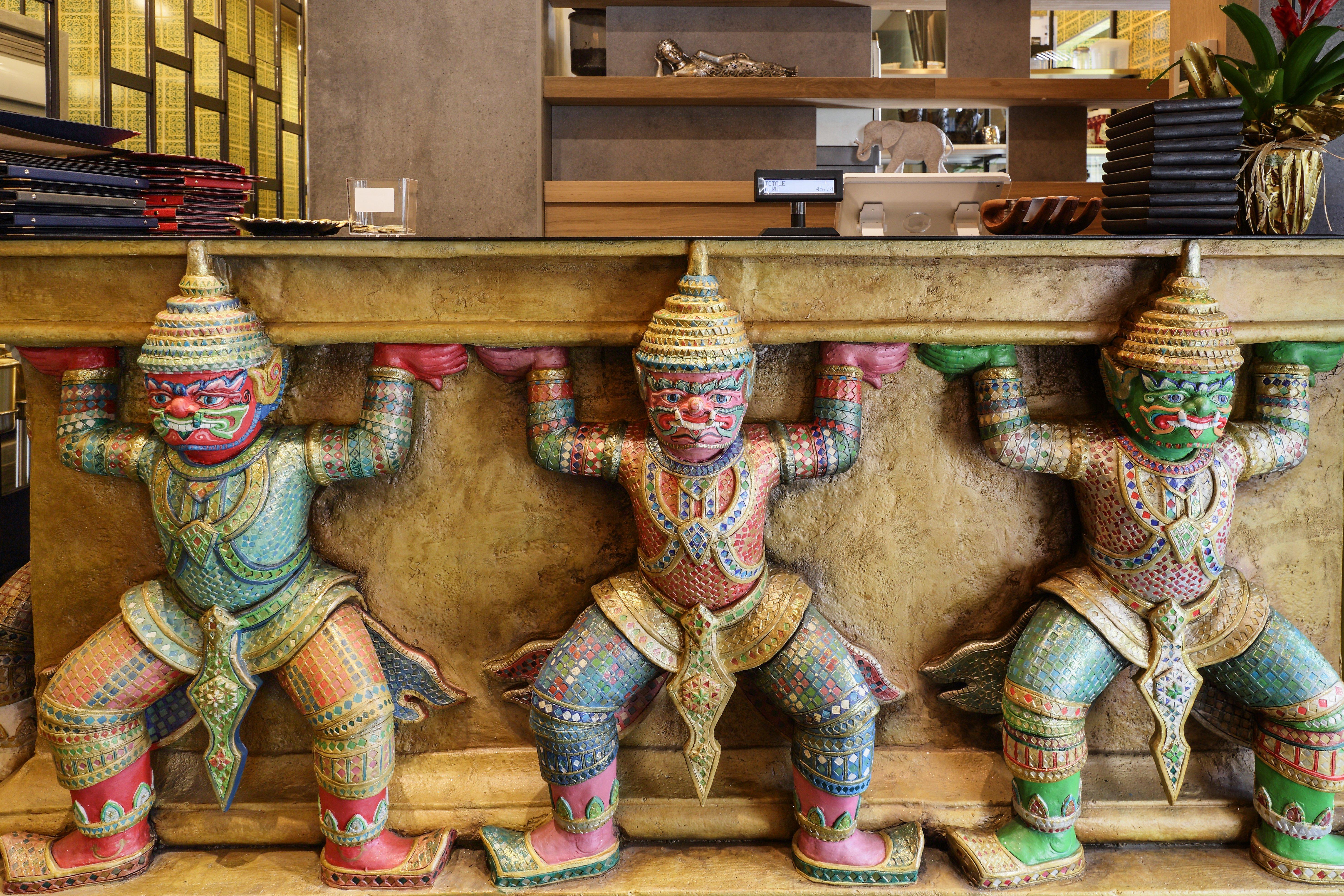 tre statue che mantengono un davanzale