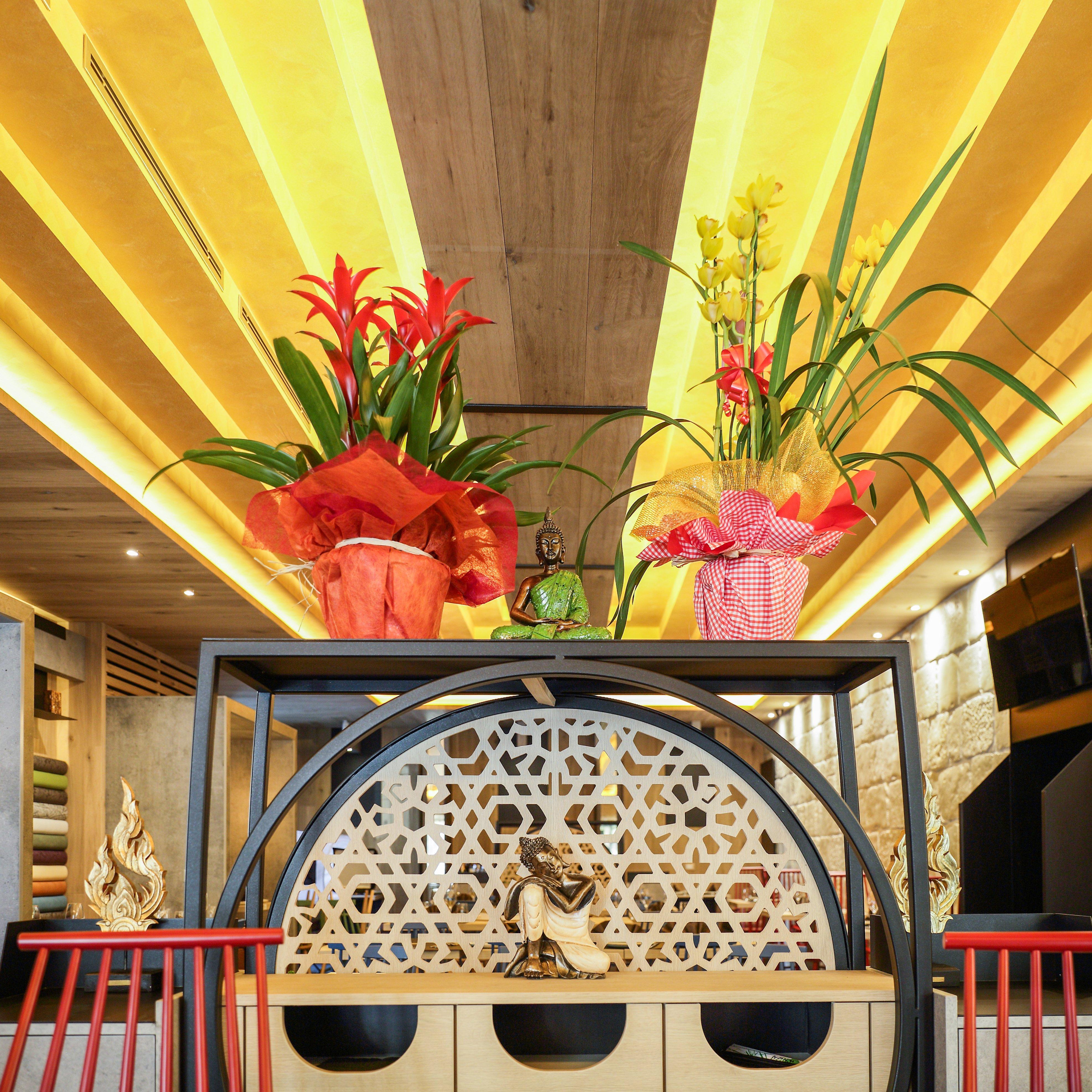 vasi con fiori nel locale