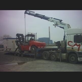 Camion che trasporta carrello elevatore