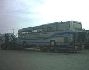 Autocarro che trasporta un autobus