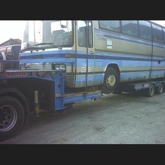 Autobus trasportato da autocarro